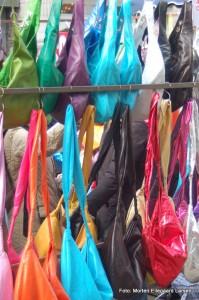 Farvede tasker på marked